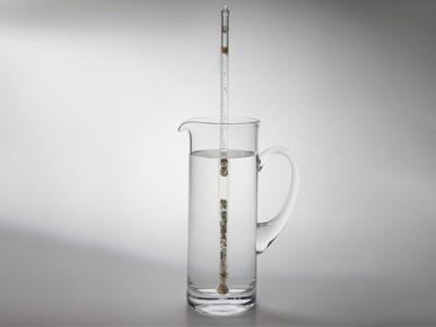 Wasserkrug, gefüllt mit Edelsteinstab